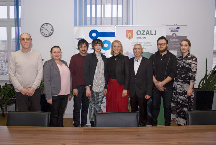 Winners of prizes for the best invitation to the city of Ozalj together with the mayor.