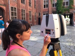 Learning usage of 3D recording equipment and data processing in the courtyard of the historic town hall (Foto: LfA)